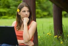 Het jonge bedrijfsvrouw ontspannen, die aan laptop werkt Royalty-vrije Stock Foto's