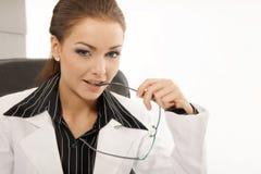 Het jonge bedrijfsvrouw werken stock foto