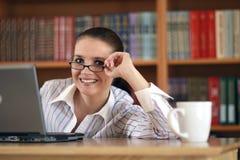 Het jonge bedrijfsvrouw werken    Stock Afbeelding