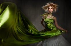 Het jonge blonde dame stellen Royalty-vrije Stock Afbeeldingen