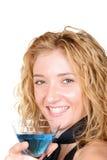 Het jonge blonde glas van Martini van de vrouwenholding Royalty-vrije Stock Afbeelding