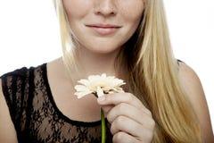 Het jonge blonde haired meisje spelen houdt hij van me Stock Foto's