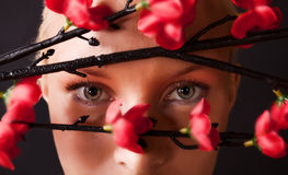 Het jonge blonde letten op door rode struiken Stock Fotografie