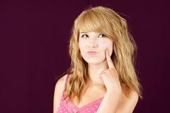 Het jonge blonde meisje benieuwd zijn Stock Foto's