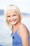 Het jonge blonde meisje glimlachen royalty-vrije stock fotografie