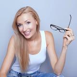 Het jonge blonde vrouw glimlachen Stock Foto