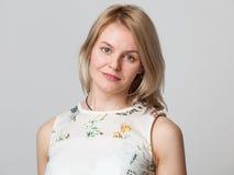 Het jonge blonde vrouw glimlachen royalty-vrije stock afbeeldingen