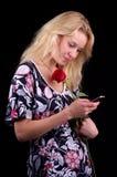 Het jonge blonde vrouw texting Stock Foto's