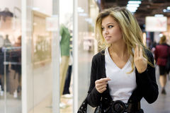 Het jonge blonde vrouw winkelen Stock Foto's