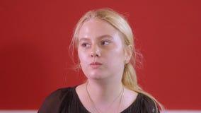 Het jonge blondemeisje eet verse Sushi in een restaurant - sluit omhoog geschoten stock videobeelden