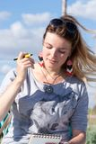 Het jonge blondemeisje met zwarte zonnebril op haar hoofd trekt een pen royalty-vrije stock foto