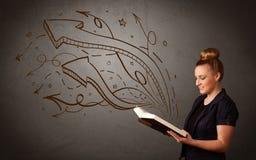 Het jonge boek van de dameholding met pijlen Stock Afbeelding