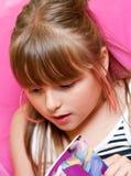 Het jonge boek van de meisjeslezing Stock Afbeelding