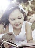 Het jonge boek van de meisjeslezing royalty-vrije stock foto's