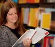 Het jonge boek van de meisjeslezing Royalty-vrije Stock Foto