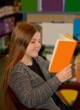 Het jonge boek van de meisjeslezing Royalty-vrije Stock Afbeelding