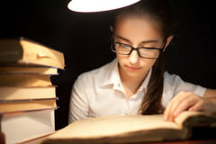Het jonge boek van de meisjeslezing onder lamp Stock Fotografie