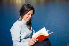 Het jonge boek van de vrouwenlezing stock foto