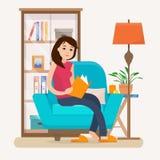 Het jonge boek van de vrouwenlezing op stoel thuis Stock Foto