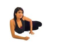 Het jonge bruine vrouw stellen op de vloer Stock Foto