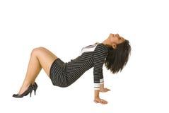 Het jonge bruine vrouw stellen op de vloer Royalty-vrije Stock Afbeelding