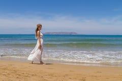 Het jonge brunette in witte broze kleding geniet van Stock Foto