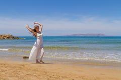 Het jonge brunette in witte broze kleding geniet van Stock Fotografie