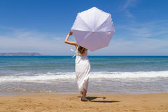 Het jonge brunette in witte broze kleding geniet van Royalty-vrije Stock Fotografie