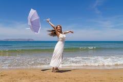 Het jonge brunette in witte broze kleding geniet van Royalty-vrije Stock Foto