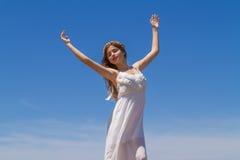 Het jonge brunette in witte broze kleding geniet van Stock Afbeeldingen