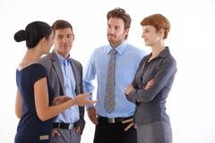 Het jonge businesspeople spreken Stock Afbeeldingen