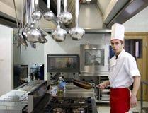 Het jonge chef-kok werken Royalty-vrije Stock Afbeelding