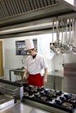 Het jonge chef-kok werken Stock Foto