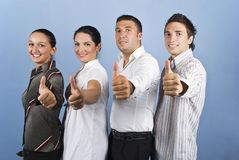 Het jonge commerciële team geven beduimelt omhoog Royalty-vrije Stock Foto's