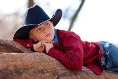 Het jonge cowboy doen leunen Stock Afbeelding