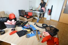 Het jonge craftswoman werken bij leeratelier dichtbij materialen en hulpmiddelen stock fotografie