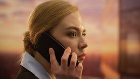 Het jonge dame chef- berispen op telefoon, brekend contract met gewetenloze partners stock videobeelden