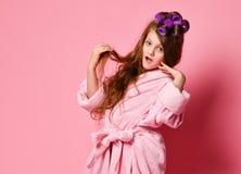 Het jonge dame of tienermeisje in kuuroordsalon is verrast of bang gemaakt met haar voorwaarde van de haarstijl Handelingen zoals stock foto's
