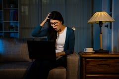 Het jonge de arbeider van de bureaudame schokken Royalty-vrije Stock Afbeelding