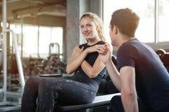 het jonge de oefening van de sportvrouw doen zit UPS op de bank in fitness gezonde gymnastiek Spiermeisje in sportkleding opleidi royalty-vrije stock foto