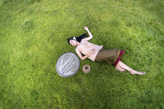 Het jonge de slaap van vrouwenmensen ontspannen Stock Afbeeldingen