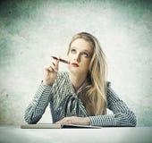 Het jonge Denken van de Schoonheid van de Blonde Stock Afbeelding