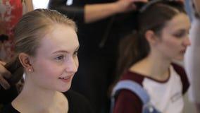 Het jonge die wijfje wacht op haar in modelscholen wordt gedaan stock footage