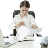 Het jonge document van de bedrijfsvrouwenscheur op haar bureau stock afbeelding