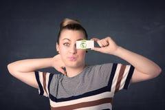 Het jonge document van de meisjesholding met groen dollarteken Stock Afbeelding