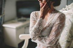 Het jonge donkerbruine boudoir van de bruidvrouw Stock Foto's