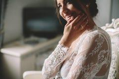 Het jonge donkerbruine boudoir van de bruidvrouw Stock Afbeeldingen