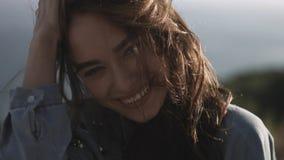 Het jonge donkerbruine glimlachen van het Meisje Royalty-vrije Stock Afbeeldingen