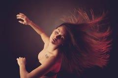 Het jonge donkerbruine Kaukasische vrouw dansen en haar haar die door de lucht vloeien stock afbeeldingen