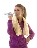 Het jonge donkerbruine meisje drinkt water na oefening Royalty-vrije Stock Afbeeldingen